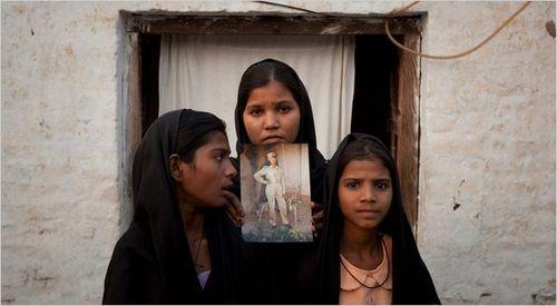 Asia-sur-photo-tenue-par-ses-filles