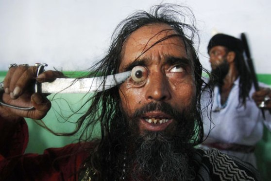 Sufi_Kalandar_self-torture