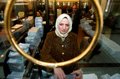 Woman-iraq-bank-007